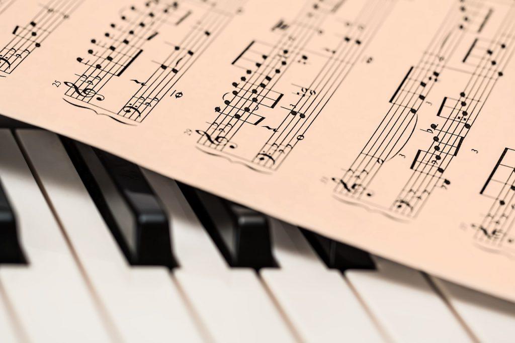 foaie cu note pe clapele unui pian