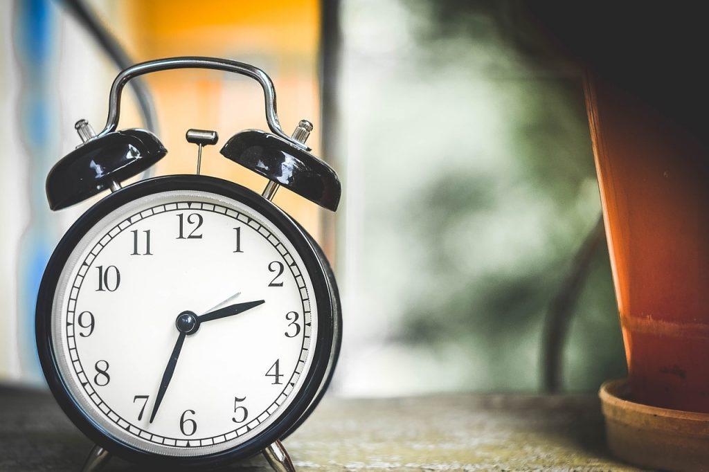 ceas care indica ora