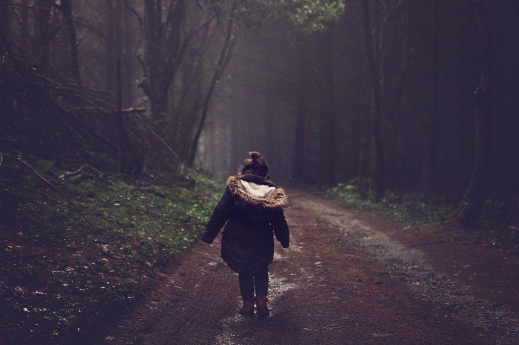 fata la plimbare in padure